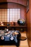 De stijl dinning ruimte van Okinawa met de doek van de shiborilijst en ceramisch royalty-vrije stock afbeeldingen