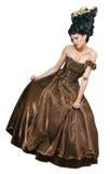 De stijl jonge vrouwen die van rococo's zich in kleding over wh bevinden Stock Afbeeldingen