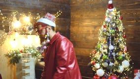 De stijl van de Kerstmisbaard Nieuw jaar - partijpret De wensen vrolijke Kerstmis van Kerstmissanta De Viering van Kerstmis gebaa stock videobeelden