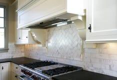 De stijl witte keuken van het plattelandshuisje royalty-vrije stock afbeelding