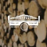 De stijlachtergrond van de timmermansambacht met tweepersoonszaagbos en logboekmidden Stock Foto