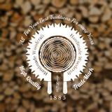 De stijlachtergrond van de timmermansambacht met zaagneiging rond gesneden boommidden op oude stapel van hout Stock Afbeelding