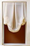De stijlgordijn van de Jugendstil in raamkozijn Stock Foto