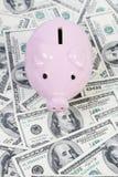De stijlspaarpot van het spaarvarken op achtergrond met rekeningen van geld de Amerikaanse honderd dollars Royalty-vrije Stock Foto's