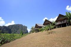 De stijltoevlucht van het plattelandshuisje in heldere blauwe hemel stock foto's