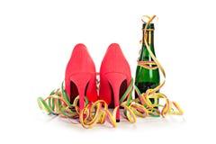 De stilettoschoenen van dames rode hoge hielen van de rug, champagne royalty-vrije stock foto's