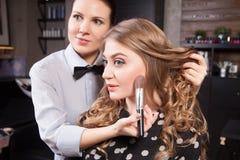 De stilist die beroeps doen maakt omhoog van jonge vrouw stock foto's