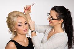 De stilist-kapper maakt haar stilerend blond meisje stock foto's