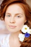 De stilist maakt make-upbruid op de huwelijksdag stock fotografie