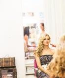De stilist maakt make-upbruid op de huwelijksdag stock foto's