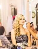 De stilist maakt make-upbruid op de huwelijksdag royalty-vrije stock foto