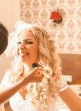 De stilist maakt make-upbruid op de huwelijksdag stock afbeeldingen