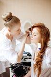 De stilist maakt make-upbruid vóór het huwelijk stock foto's