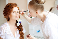 De stilist maakt make-upbruid vóór het huwelijk royalty-vrije stock afbeelding