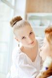 De stilist maakt make-upbruid vóór het huwelijk stock afbeeldingen