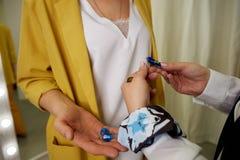 De stilist neemt juwelencliënt op De verkoper toont de aangewezen juwelen stock afbeelding