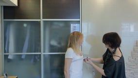 De stilist neemt metingen van klantenborst voor het maken van kleding stock footage