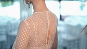 De stilist snelt op de kleding op een mooi jong model stock video
