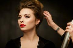 De stilist verbetert haar van brunette royalty-vrije stock afbeeldingen