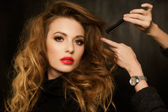De stilist verbetert kapsel mooi brunette royalty-vrije stock afbeelding