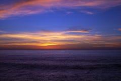 De Stille Oceaan zwelt bij Zonsondergang Stock Foto