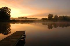 De stilte van de ochtend door een meer Stock Foto's