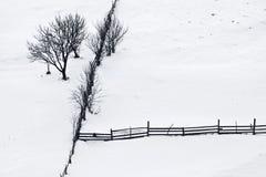 De stilte van de winter met bomen en houten omheining royalty-vrije stock afbeeldingen