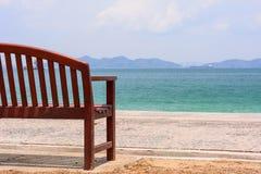 De stoel door de oceaan royalty-vrije stock fotografie
