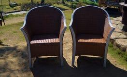 De stoel is een huismeubilair dat algemeen als zetel in het huis of de tuin wordt gebruikt stock fotografie