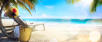 De stoel en de hoed van Art Beach op tropisch strand royalty-vrije stock fotografie
