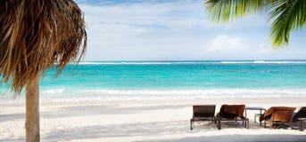 De stoel en de paraplu van Art Beach op zandstrand royalty-vrije stock foto's