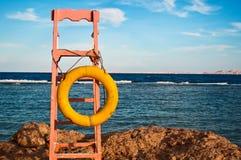 De stoel van de badmeester met reddingsboei Royalty-vrije Stock Foto