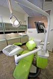 De stoel van de moderne tandarts in een medische ruimte. Royalty-vrije Stock Fotografie