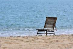 De stoel van de rust op overzees zand Stock Fotografie