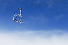 De stoel van de skilift op heldere blauwe hemel Royalty-vrije Stock Foto's