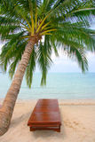 De stoel van het canvas op tropisch strand Royalty-vrije Stock Afbeelding