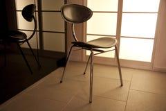 De stoel van het ontwerp door een venster. Stock Afbeeldingen