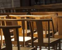 De stoelen of de banken in de kerk drukken eenzaamheid en anticiperen uit stock foto's
