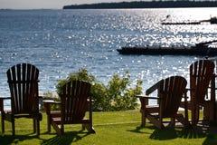 De stoelen die van het plattelandshuisje het meer onder ogen zien Royalty-vrije Stock Afbeeldingen