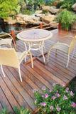 De stoelen en de lijst in tuin Royalty-vrije Stock Afbeeldingen