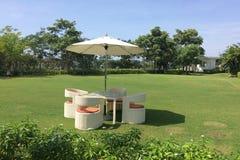 De stoelen en de lijst van de tuin Royalty-vrije Stock Afbeeldingen