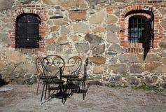 De stoelen en de lijst van het ijzer in traditionele binnenplaats royalty-vrije stock fotografie