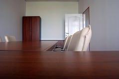 De stoelen en het bureau van het bureau stock afbeelding