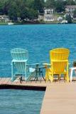 De stoelen van Adirondack op een dok Stock Foto's