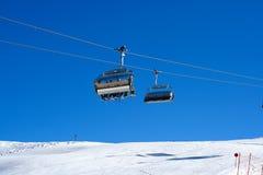De stoelen van de skilift Stock Afbeelding