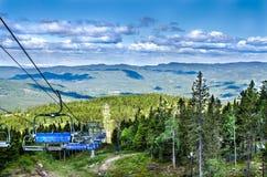 De stoelen van de skilift op de dag van de zomer Stock Foto