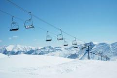 De stoelen van de skilift op heldere dag Stock Foto