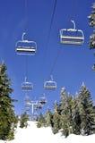 De stoelen van de skilift tegen blauwe hemel Royalty-vrije Stock Fotografie