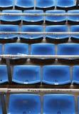 De stoelen van de tribunes van een voetbalstadion Stock Foto's