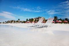 De stoelen van de zitkamer op het rustige Strand van de Baai van de Gunst royalty-vrije stock fotografie